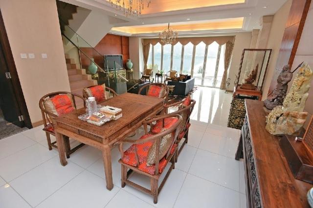 一室木家具与客厅形成对比