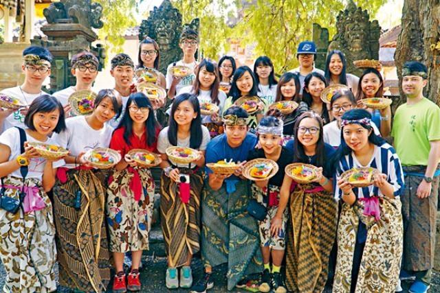現時不少專上院校均有安排學生到「一帶一路」沿綫國家交流,圖為浸會大學國際學院副學士學生去年到訪印尼峇里。