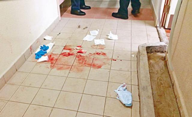 现场走廊遗下大滩血迹.