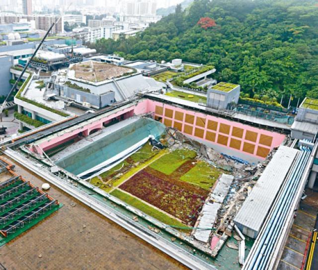 屋宇署證實,城大在倒塌屋頂更換防水膜和設置綠化覆蓋面等工序沒有入則。
