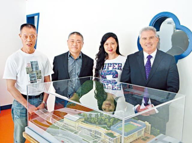 宣道國際學校董事會主席陳家欣(左二)稱,校方將安排學生與區內基層兒童多交流,互相學習。