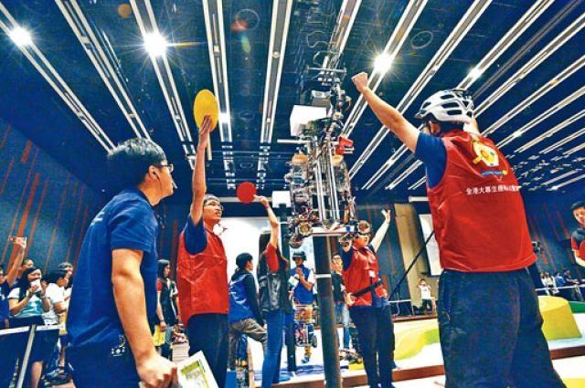 中大「巧奪天工」團隊的機械人在全港大專生機械人大賽,多次率先完成運送與組裝風車葉的任務,成功奪冠。