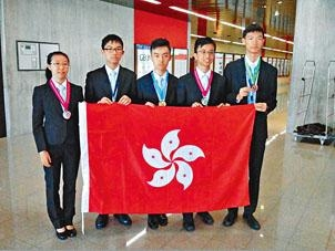 國際物理奧林匹克得獎港生麥可兒(左起)、葉正夫、戴煒庭、林巽良及楊逸峰。
