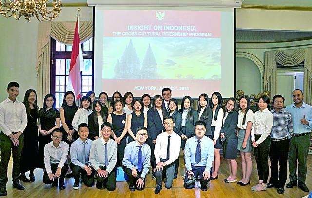 CCIP跨文化實習生與印尼駐紐約領事館新聞文化副司長Yomi Eka Putra合影。