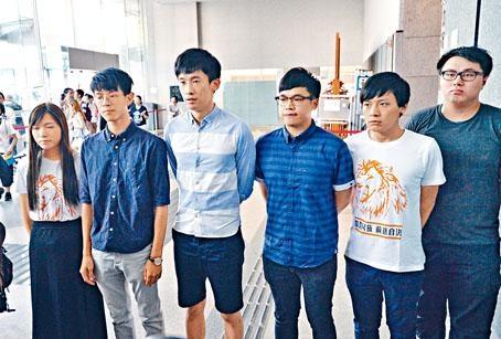 立法會選舉提名期結束前,本土民主前線前成員李東昇(左四)聯同青年新政召集人梁頌恆(左三)合組名單,報名參選新界東直選。