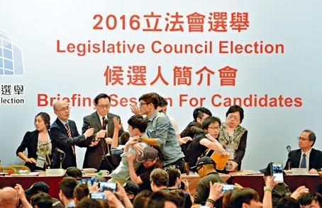 羅冠聰(左四)等衝上台抗議,被保安人員箍頸拉下台,左三為選管會主席馮驊。