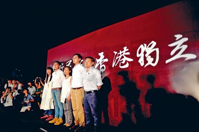 「香港��立」四字在政����_添�R公�@出�F,被取消�⑦x�Y格的(左起)中出羊子、梁天琦、��_雯、�浩天及�����上台亮相。