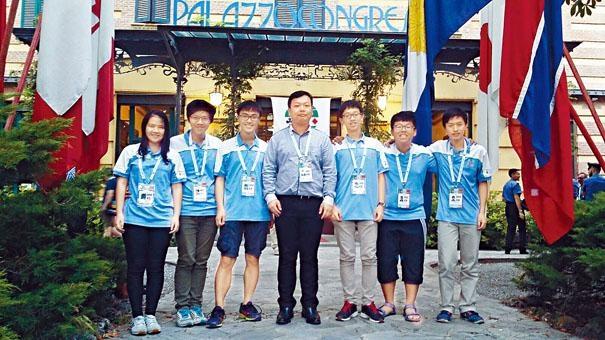 中國香港橋牌隊成員萬貝怡(左起)、鄭子全、陳子謙、隊長李慶龍、林君豪、曾卓謙及吳海天。