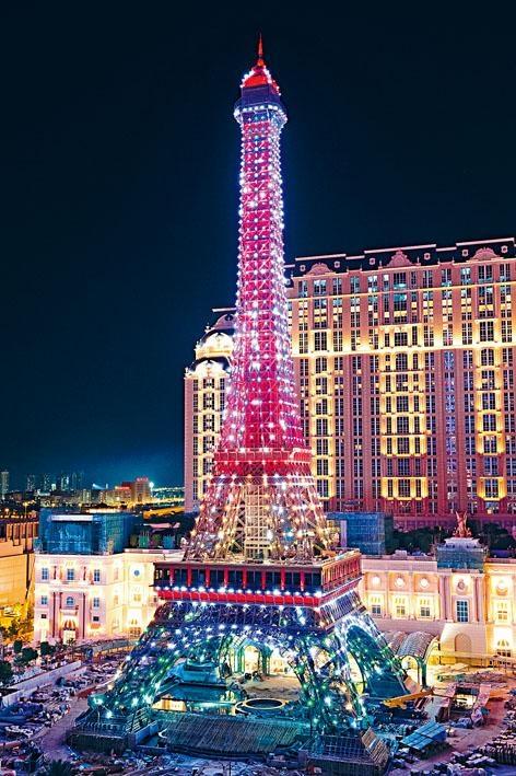 澳門版鐵塔是巴黎艾菲爾鐵塔的一半高度,鐵塔每晚七時二十分至凌晨十二時會上映燈光Show。