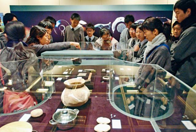 新修訂的中史科課程,「香港發展」屬中三的「中國近現代史」範圍。圖為中學生參觀文物館。