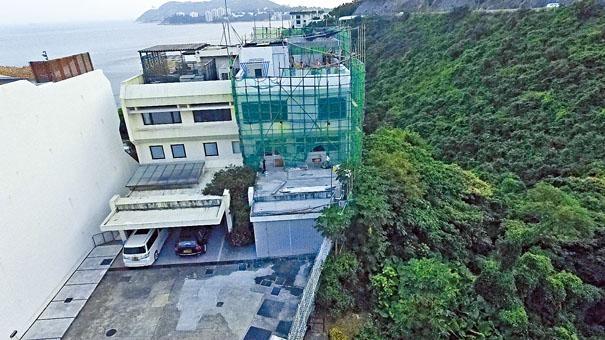 警方懷疑竊匪利用鄰屋棚架攀爬,潛入李小加寓所犯案。