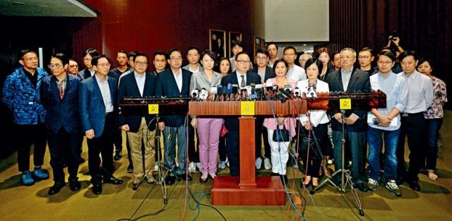 三十九名建制派議員昨日再度召開緊急會議,表示聯署致函主席要求不再為梁、游安排宣誓。