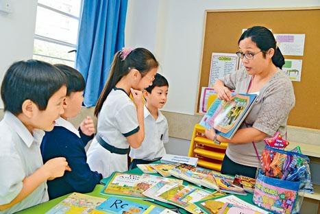 德萃英文科老師生動地演繹外國故事書的情節,吸引學生閱讀英語。