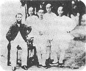 《中國.香港.聖保羅:165年的人與時代》有不少珍貴歷史圖片,包括一八六二年聖保羅學生的合照。