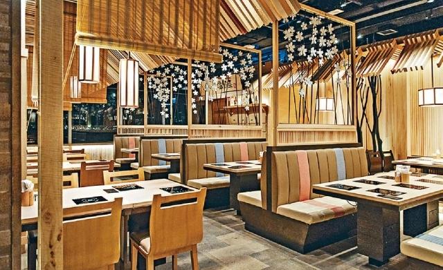 ■日式烤肉店和毗鄰日式火鍋店,營造一剛一柔的形象。
