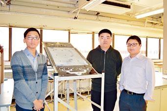 理大應用物理學系研究生蔡智聰(中)和楊沛航(左),在副教授張需明指導下,研究出太陽能光催化污水淨化器。