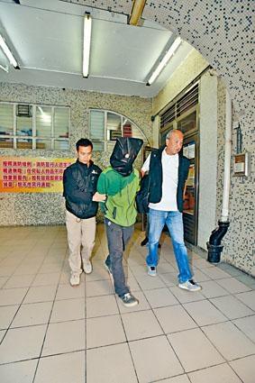 涉提供銀行戶口洗黑錢被捕其中一男子,由探員押返天平邨住所蒐證。