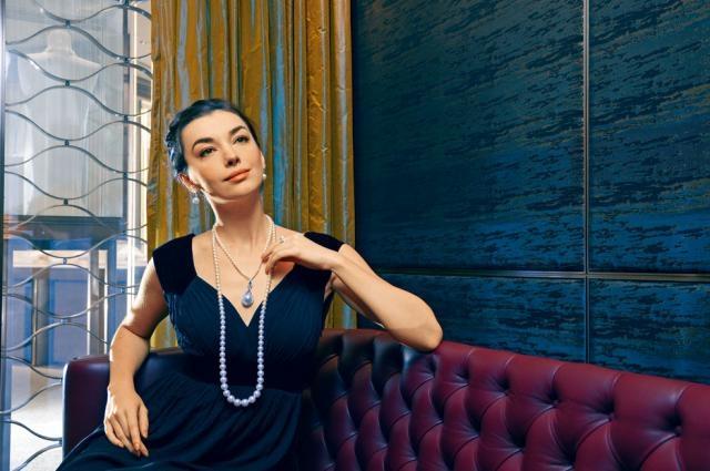 高級珠寶系列的珍珠鑲鑽項鏈,採用一百五十八顆大小不一的珍珠組成,其中六十四顆乃日本Akoya珍珠,每顆直徑約4.5至8.8mm,混搭白色南洋珍珠及鑽石,盡顯雍容華貴。