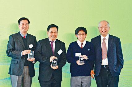 今屆恒隆數學獎金獎得主梁辰楷(右二),獲丘成桐(右一)稱讚分析能力優秀,並指年紀尚輕的他擁有數學研究能力相當難得。