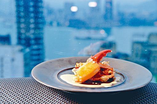 鐵板法國藍龍蝦肉質甚為彈牙,並以龍蝦頭的蝦膏調校醬汁,充滿鮮味。($680)