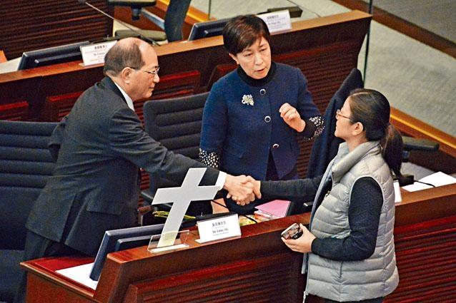 教育局局長吳克儉與出席聽證會人士握手。