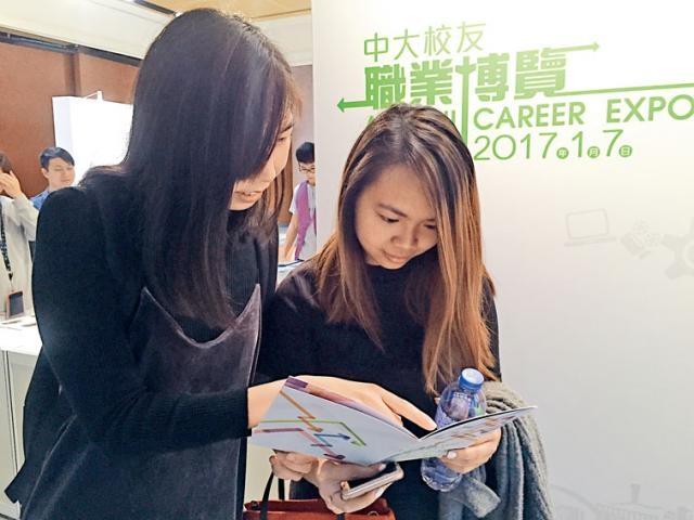 Jade(左)及Gabrielle初踏職場均曾經歷迷惘階段,寄語年輕校友規劃職業發展時多審時度勢。