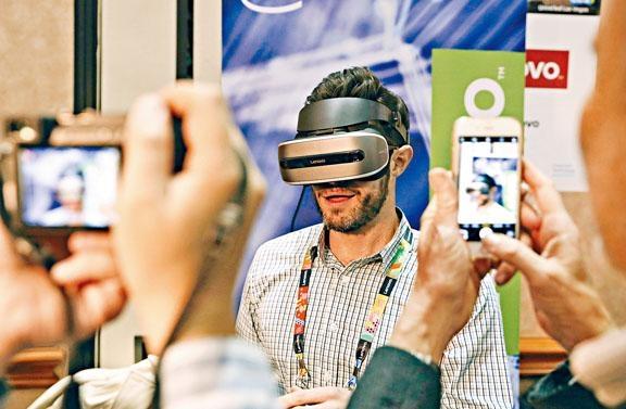 Lenovo VR眼罩內置追蹤系統,前方則設有一對鏡頭。