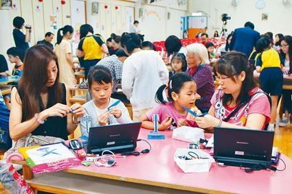 學校設「STEAM嘉年華」,家長及子女一同以電腦程式控制風車。