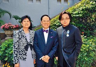 控方指何周禮(右)獲頒榮譽獎章後數天,曾太(左)和何便在內地見面。