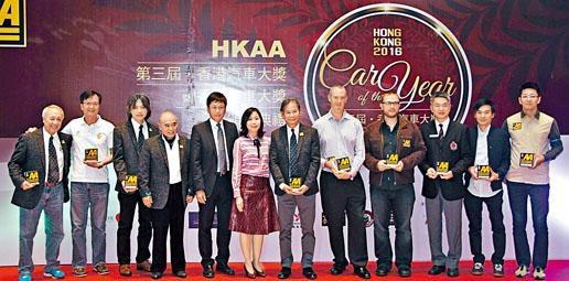 余錦基(左二)昨在香港汽車大獎頒獎禮上表示,今年FE香港站將計畫轉為一地雙賽。