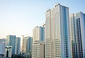 在內地樓市調控不斷升級下,綠城中國選擇成立綠城海外房地產,推海外地產試點。