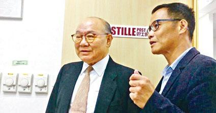 胡國興參觀網媒《巴士的報》,了解網媒運作。