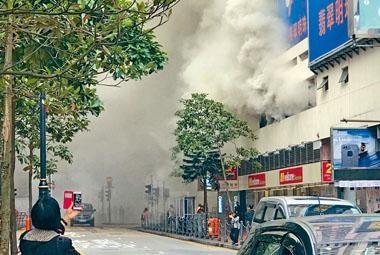 餐廳油煙槽出口冒出大量濃煙。