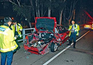警方當日在案發的新田公路現場調查。