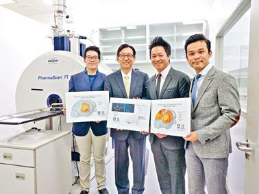 港大電機電子工程系教授吳學奎(左二)及其研究團隊花四年時間,成功追蹤大腦神經活動的傳播模式。