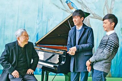 演藝學院音樂學士學位課程二年級生黃思遠(中)及劉承皓(右)於第十八屆亞洲蕭邦國際鋼琴賽專業組及公開組分別獲得金獎,二人現師隨郭嘉特教授。