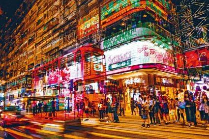 在鬧市中電車與霓虹燈光影交錯,大家可通過相片認識不一樣的電車面貌。