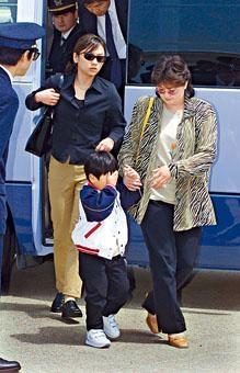 二○○一年金正男在日本因非法入境被逐,當時與他同行的有妻子申正熙(右)、另一伴侶徐英羅(左)和兒子。