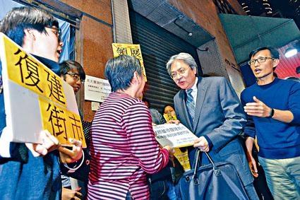 曾俊華昨出席「社福公民」對談時,遇到社福界選委請願。