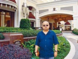 金正男生前在澳門一間酒店前留影。
