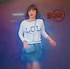 第一名被捕女子在機場身穿「LOL」上衣。