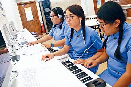 九龍真光中學的音樂課,教導學生電腦作曲。