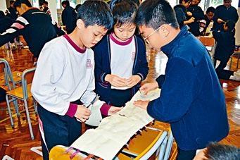 天主教博智小學早前舉行全校STEM學習日,五年級學生的任務是利用吸管和紙張「搭橋」,並比併誰的橋能負重最多。