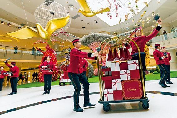 Cartier Boy推滿載品牌精品的禮物行李車登場,為商場遊人帶來賞心悅目的歌舞。