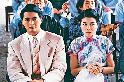 周潤發(前左)及繆騫人(前右)在電影《傾城之戀》中分飾范柳原及白流蘇。