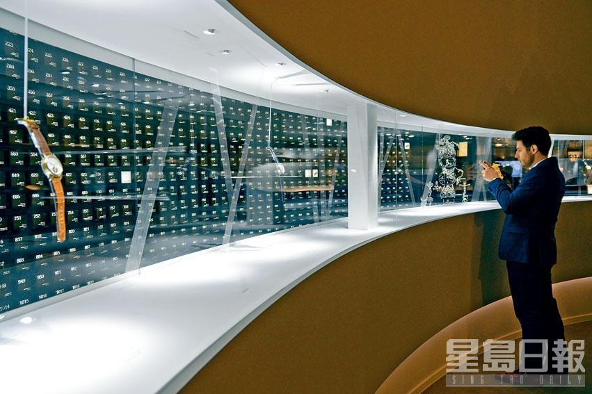 朗格表把機芯零件解構作懸浮式展示,可以360度欣賞。