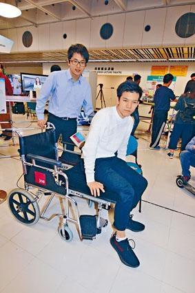 城大四年級生林華盛(左)構思出自動變形輪椅協助輪椅人士上車。