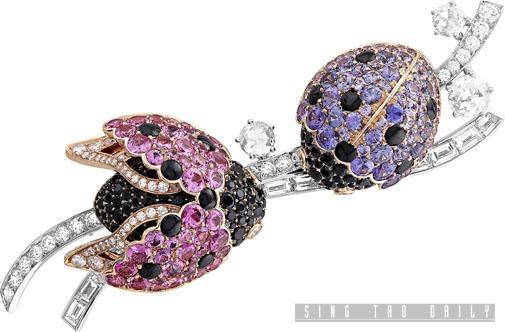 名為Coccinelles的白金拼玫瑰金甲蟲胸針,鑲嵌圓形、長方形及玫瑰形切割鑽石,配襯粉紅和紫色藍寶石,以及黑色尖晶石製成。另有模特兒佩戴於肩膀上鑲嵌黃色藍寶石和祖母綠的款式。