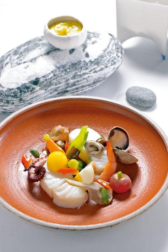 鱈魚配香蒜蛋黃醬,鱈魚伴以鮮蝦、翡翠螺、蜆及烚蛋等,配上自家製蒜蓉蛋黃醬同吃,別具滋味。