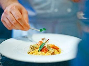 醃漬金槍魚他他伴以柚子豆腐濃汁及魚子醬,清新開胃。